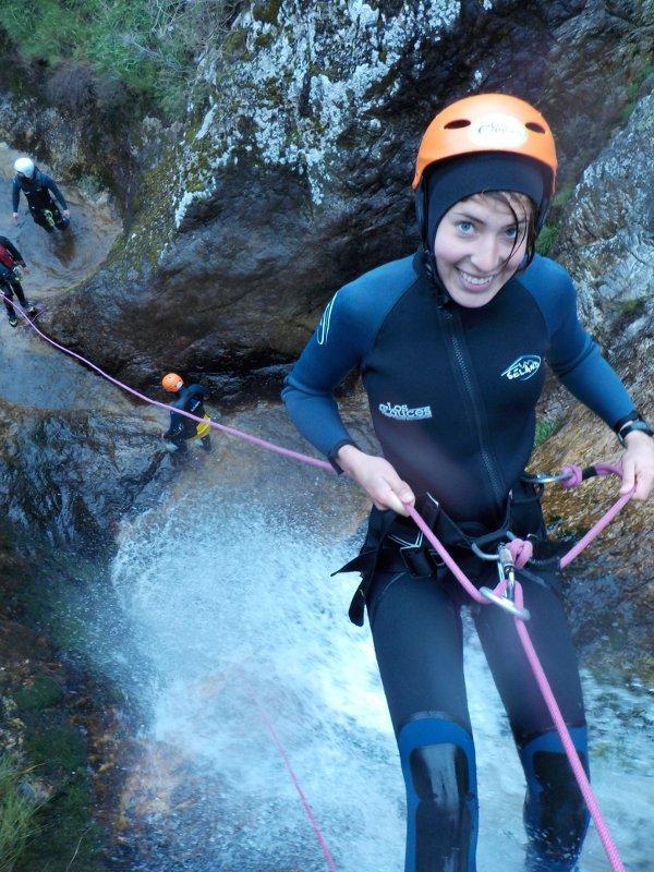 comenzando a rapelar en el barranco de Carangas (Asturias)